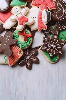 Gemischte weihnachtsplätzchen mit platz für ihren text auf holztisch