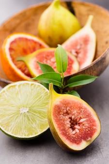 Gemischte zitronen aus zitrusfrüchten, limetten auf einem grau.