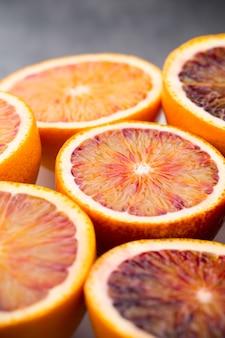 Gemischte zitrusfruchtorange, feigen, limetten auf grauem hintergrund.