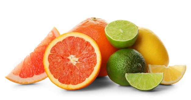 Gemischte zitrusfrüchte, einschließlich zitronen, grapefruits, orange und limetten, lokalisiert auf einem weißen hintergrund