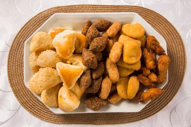 Gemischter brasilianischer snack auf dem tisch