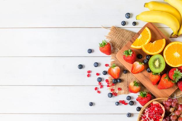 Gemischter frischer obstsalat mit erdbeere, blaubeere, orange