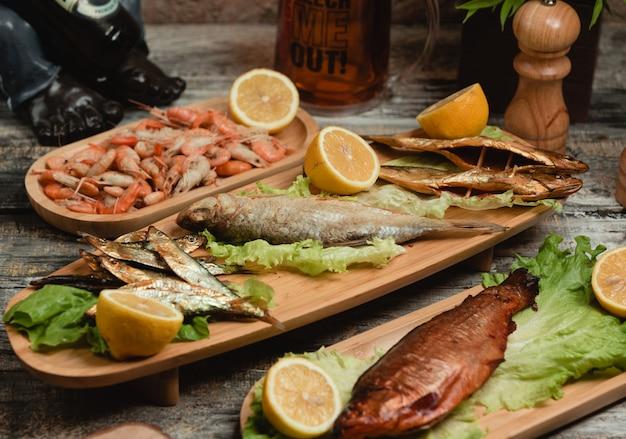 Gemischter gebratener fisch mit zitrone