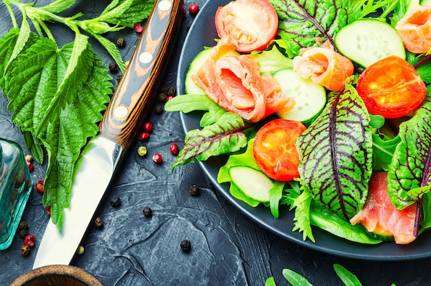 Gemischter grüner salat mit gesalzenem lachs