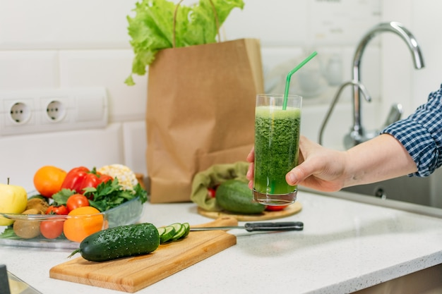 Gemischter grüner smoothie mit zutaten