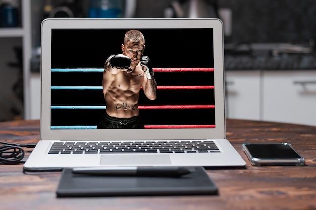 Gemischter kampfsportler, der im boxring posiert. konzept von mma, ufc, thailändisches boxen, klassisches boxen. gemischte medien