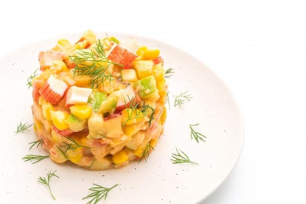 Gemischter obstsalat mit krabbenstange (apfel, mais, papaya, ananas)