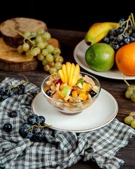 Gemischter obstsalat und andere früchte