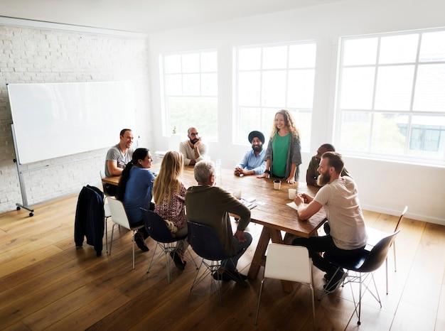 Gemischter personenkreis in einem seminar