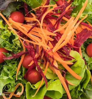 Gemischter salat in holzschale