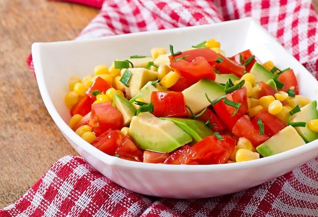 Gemischter salat mit avocado, tomaten und zuckermais