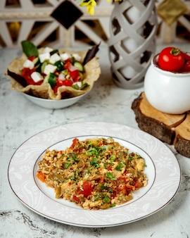 Gemischter salat mit gehacktem gemüse und kräutern