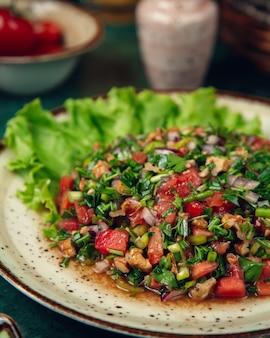 Gemischter salat mit gemüse und viel grün