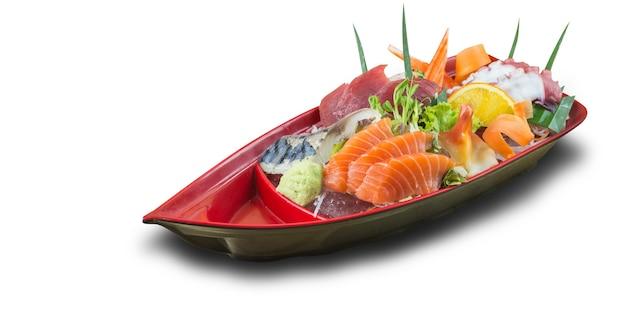 Gemischter sashimi stellte in der roten bootsschale lokalisiert auf weißem hintergrund ein