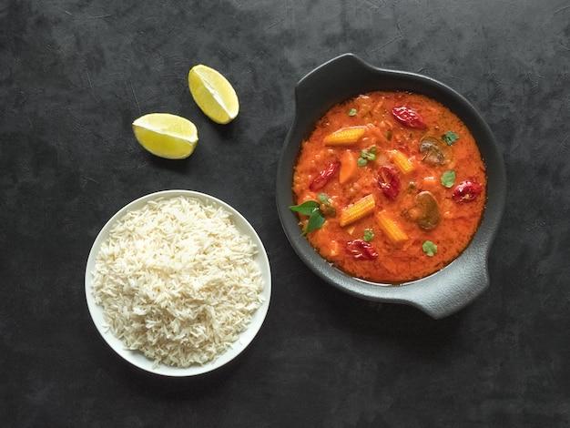 Gemischtes gemüse-goa-curry mit basmatireis, indisches essen