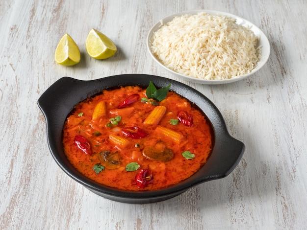 Gemischtes gemüse-goa-curry mit basmatireis