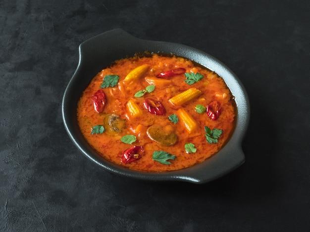 Gemischtes gemüse goan curry, indisches essen