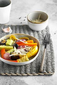 Gemischtes gemüse unter rühren mit parmesan braten