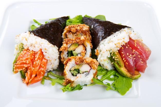 Gemischtes gericht mit sushi-essen