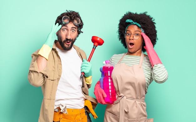 Gemischtes paar, das glücklich, erstaunt und überrascht aussieht, lächelt und erstaunliche und unglaublich gute nachrichten realisiert. housekeeping-konzept .. home reparaturen konzept