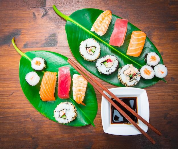 Gemischtes sushi auf grünem blatt