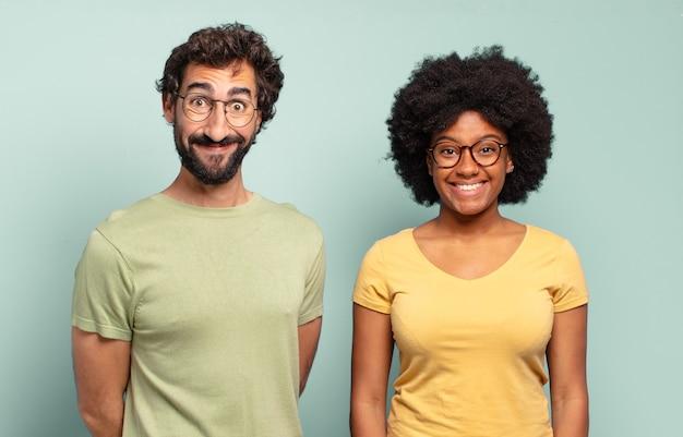 Gemischtrassige freunde, die glücklich und angenehm überrascht aussehen, aufgeregt von einem faszinierten und schockierten ausdruck Premium Fotos