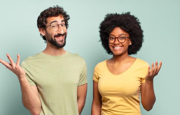 Gemischtrassige freunde, die sich glücklich, überrascht und fröhlich fühlen, mit positiver einstellung lächeln und eine lösung oder idee verwirklichen