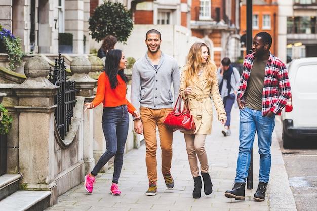 Gemischtrassige gruppe freunde, die in london gehen
