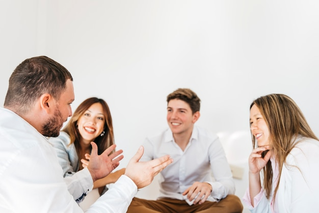 Gemischtrassige gruppe mitarbeiter, die auf sprecher hören
