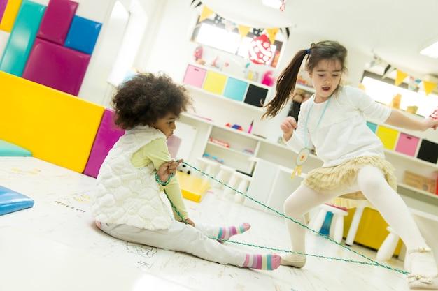 Gemischtrassige kinder, die im spielzimmer spielen
