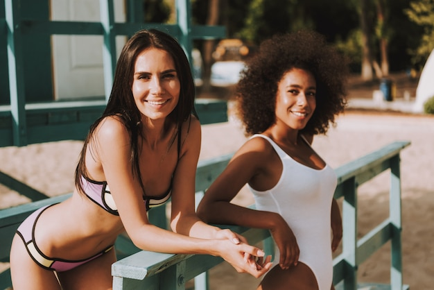 Gemischtrassige lebensretterinnen in badeanzügen