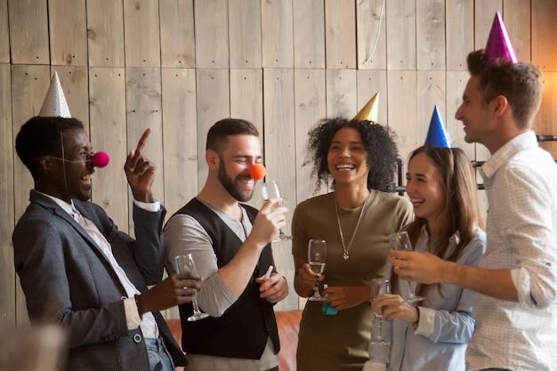 Gemischtrassige verschiedene freunde scherzen lachend spaß celebrati