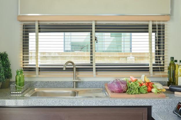 Gemüse auf arbeitsplatte in der küche