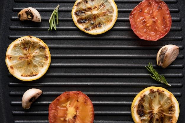 Gemüse auf dem grill in einer pfanne. ansicht von oben