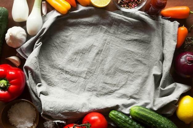 Gemüse auf dem tisch mit tischdecke