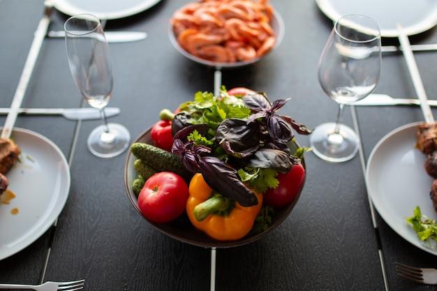 Gemüse auf dem tisch schönes saftiges gemüse auf dem tisch eine schüssel mit gewaschenem gemüse