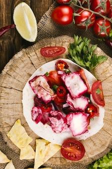 Gemüse auf draufsicht der hölzernen platte