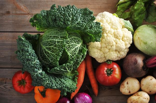 Gemüse auf draufsicht der holzoberfläche mit wirsingkohl mit nahaufnahme