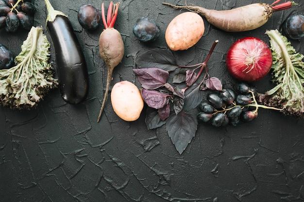 Gemüse auf dunklem hintergrund