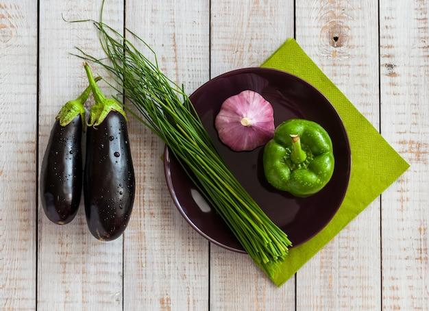 Gemüse auf einem hölzernen hintergrund