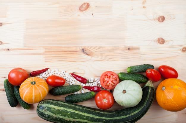 Gemüse auf einem holzbrett