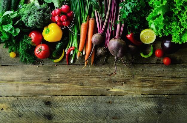 Gemüse auf hölzernem hintergrund. bio gesunde bio-lebensmittel, kräuter und gewürze.