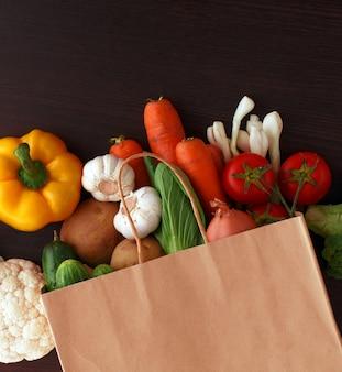 Gemüse auf hölzernem hintergrund mit platz für text. bio-lebensmittel.