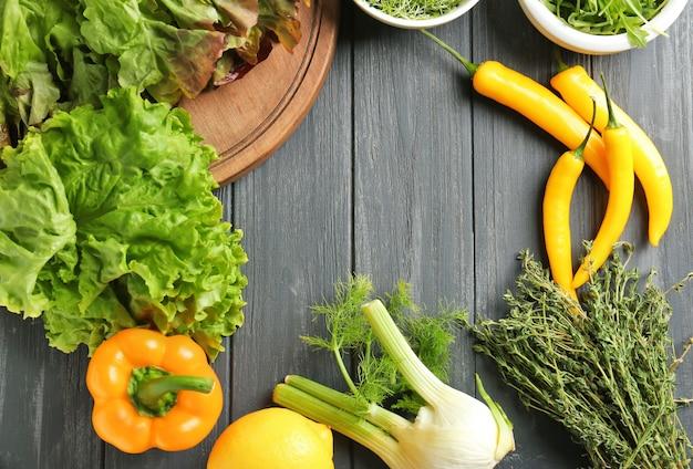Gemüse auf küchentisch. kochkurs-konzept