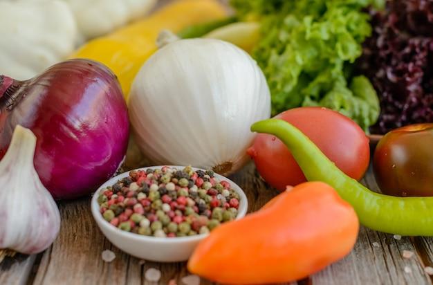 Gemüse auf weinleseholzhintergrund