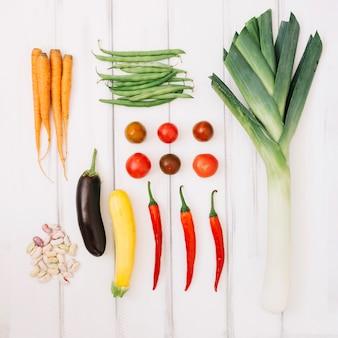 Gemüse auf weißem holzuntergrund