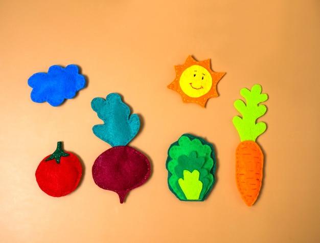 Gemüse aus filz auf orangem hintergrund