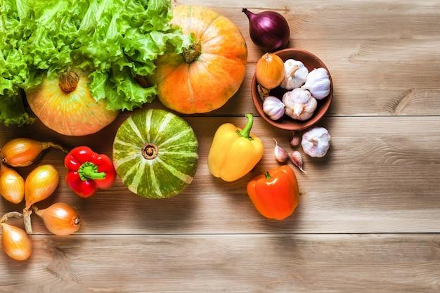 Gemüse, frische kräuter auf einem rustikalen holztisch, gesundes essen