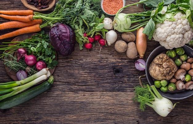 Gemüse. frischgemüse der ansicht von oben auf altem eichentisch.