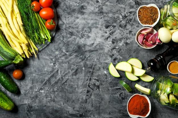 Gemüse . frischgemüse (gurken, tomaten, zwiebeln, knoblauch, dill, grüne bohnen) auf einem grauen hintergrund. ansicht von oben. copyspace